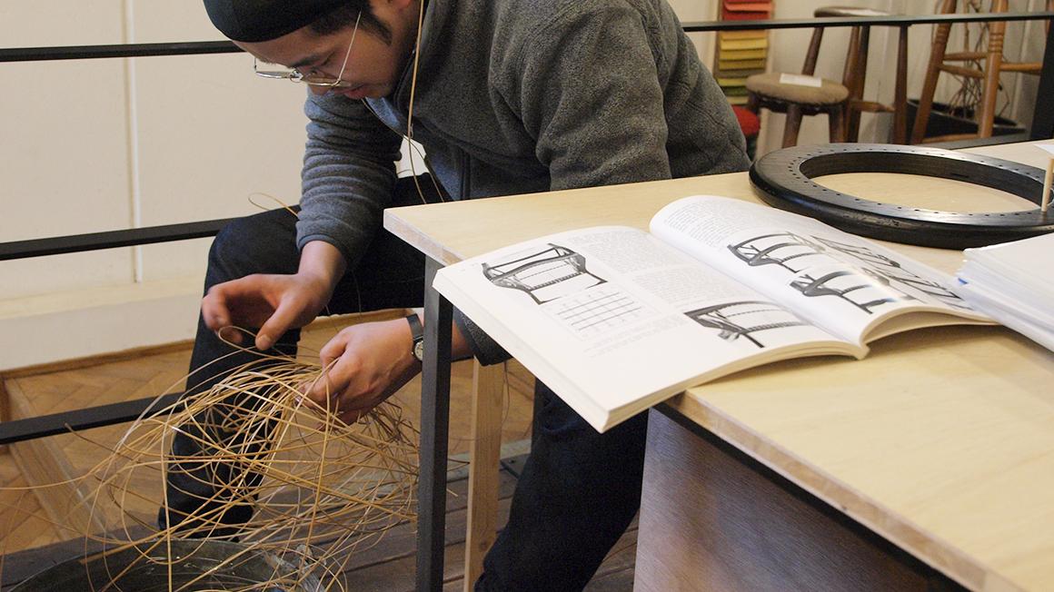 家具職人が作る籐のスツール