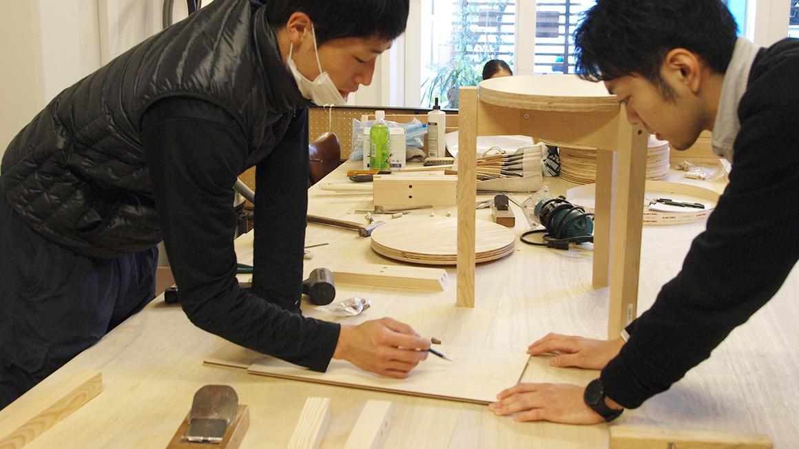 小さな子ども用木製スツール