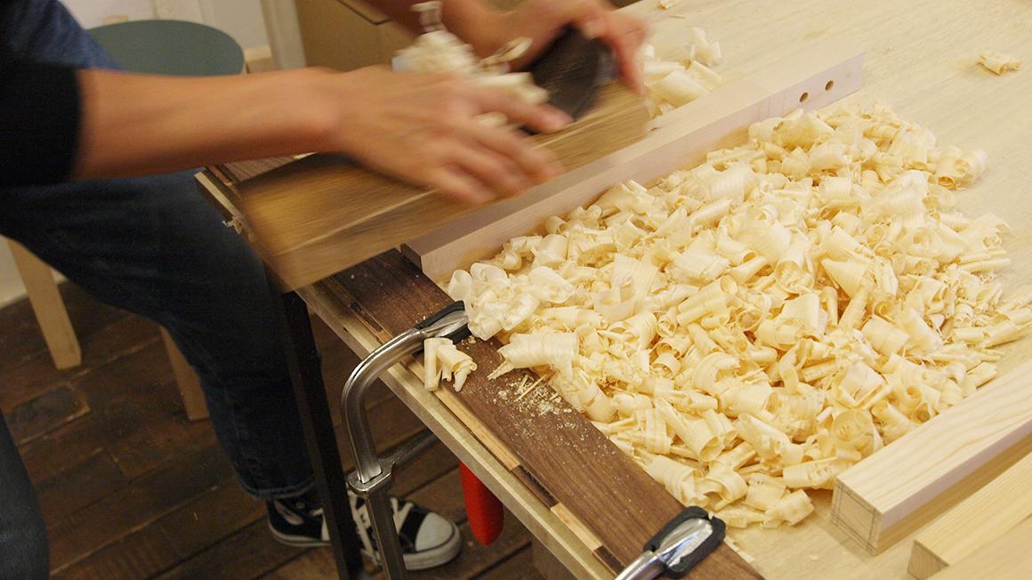 スツールの脚用木材をかんなで削る